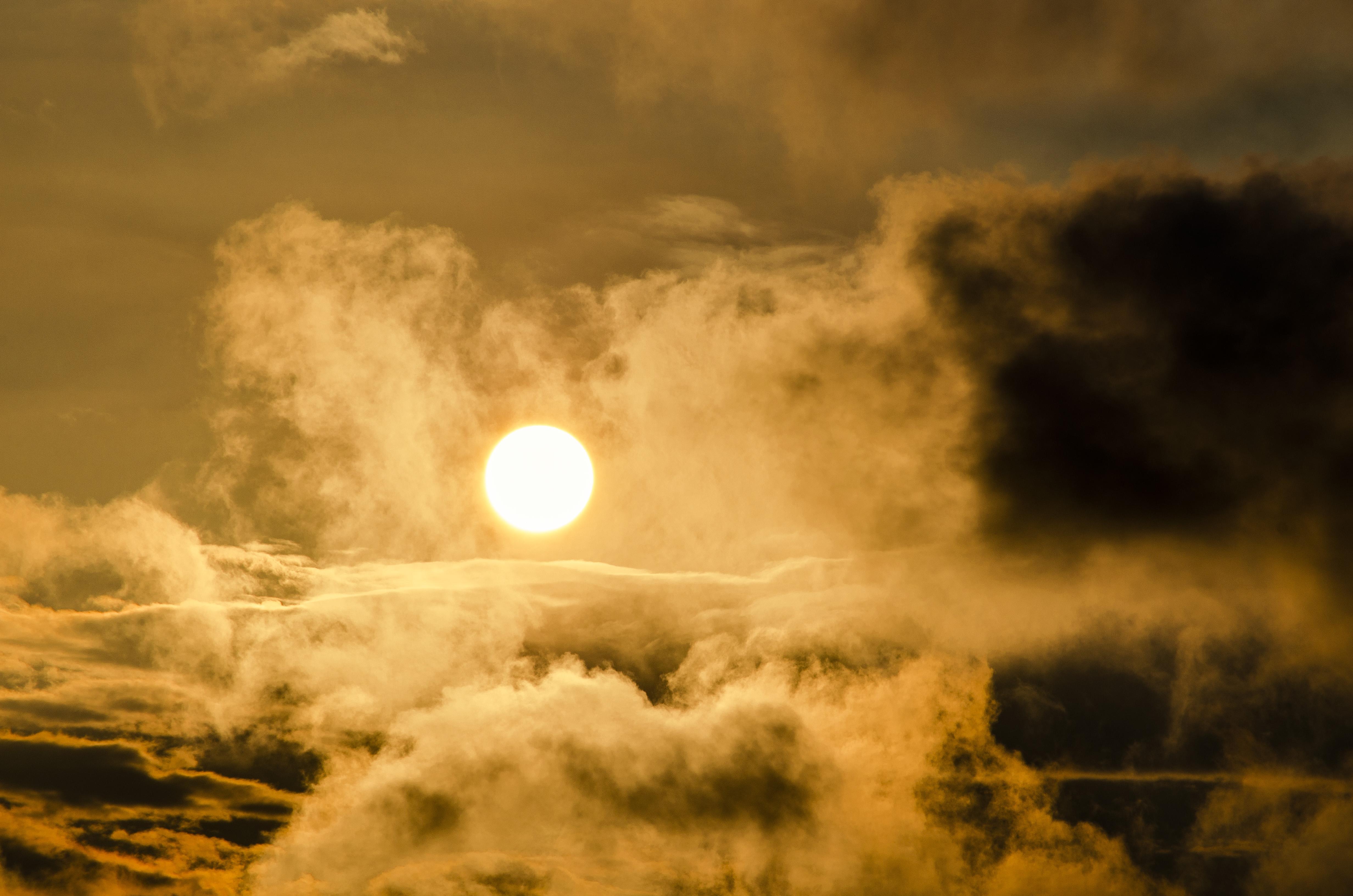 zon door bewolking